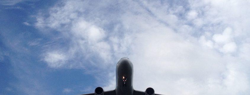 avion volando cielo azul
